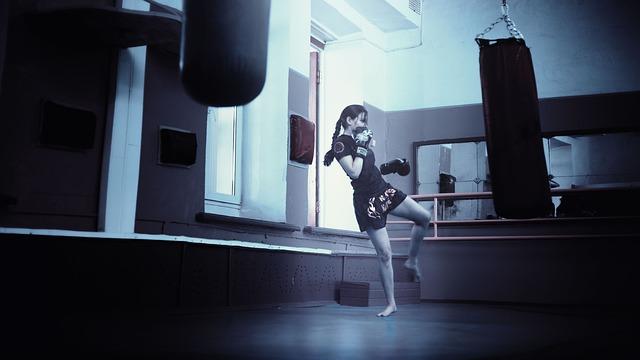 tjej slår på en slagsäck