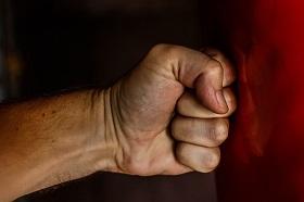 slag mot en stående boxningssäck